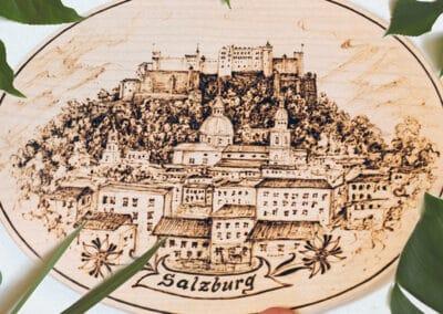 Brandmalerei nach Wunschmotiv ZellamSee Lieferung Post Bestellung online indivudelles Kunsthandwerk Geschenk Atelier Halili Stadt Salzburg auf Holz Geschenk Souvenir